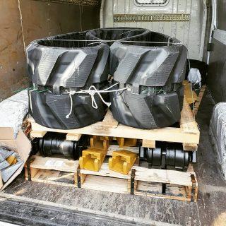 Lanci , gornje rolne , donje rolne , vodeći ili zatezni točkovi(idler) , pogonski točkovi(zupčanici) , metalne papuče , gumene gusenice , španeri gusenice kao i sve ostale delove donjeg stroja za vaš bager ili buldozer možete poručiti preko nas na 0659930900 ili 0668330021. Takodje posetite naš sajt i saznajte sta jos od delova i servisa možemo ponuditi vašoj mehanizaciji www.grucom.rs Srećne praznike svima, želi vam naša ekipa!🌲❄ #grucomdoo #delovizabagere #delovizagradjevinskemasine #delovizamehanizaciju #donjistroj #hodnistroj #rolne #donjerolne #gornjerolne #zupcanici #pogonskizupcanik #pogonskitočkovi #lanci #papuce #vodecitocak #zateznitocak #idler #gumenegusenice #spanergusenice